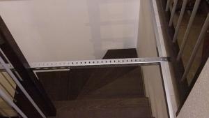 Angolare di ferro traforato centrale di sostegno da appoggiare alla ringhiera (lato destro)