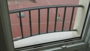 La finestra del terzo piano: zanzariera e balaustrina